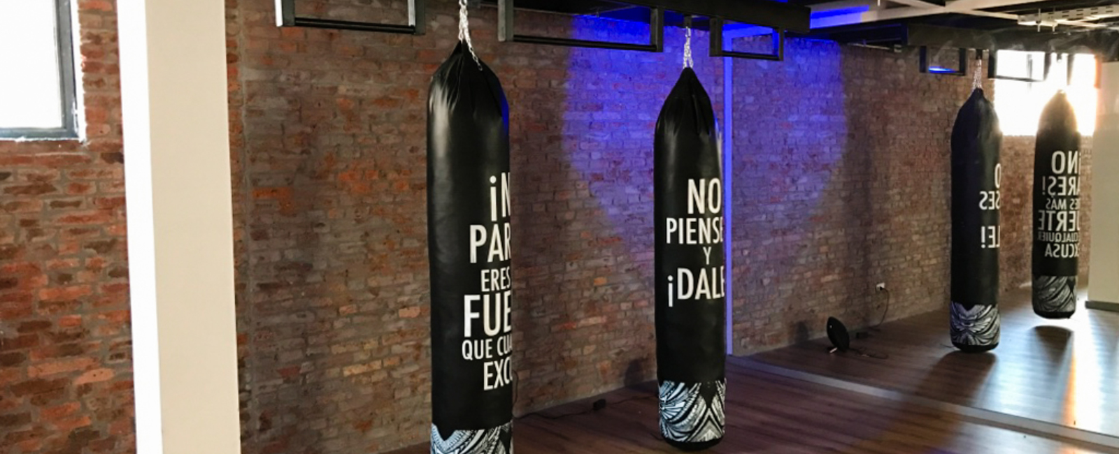 Pichara rios arquitectos gimnasio ko urban detox center chile estilo industrial bronx sala kick boxing puching ball ladrillo ny piso flotante grafica blanco negro luces led